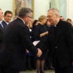 Ks. prof. Andrzej Hanich odbiera nominację z rąk prezydenta B. Komorowskiego