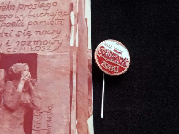 """Wystawa na 40-lecie """"Solidarności"""": przypinka"""