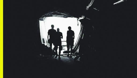 Element estetyczny konkursu barbórkowego - sylwetki górników wchodzących do szybu