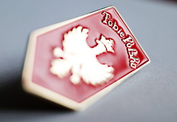 """Zdjęcie przypinki przedstawiającej sztandar """"Tobie Polsko"""" - funkcja dekoracyjna"""