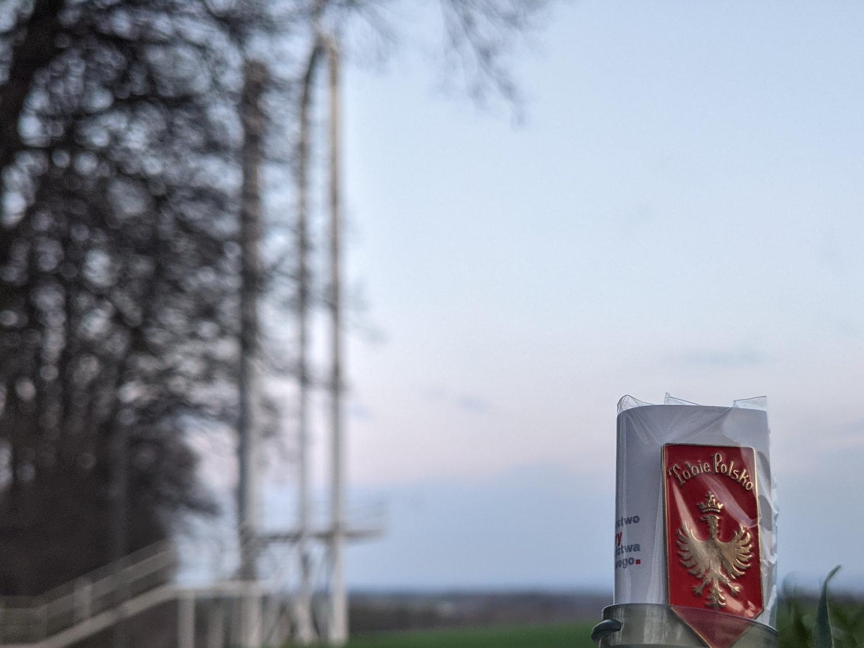 """Przypinka """"Tobie Polsko"""" ukryta w pobliżu ołtarza papieskiego na Górze św. Anny"""