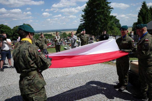 Kondukt pogrzebowy podczas pochówku bezimiennych Powstańców Śląskich w Kalinowie