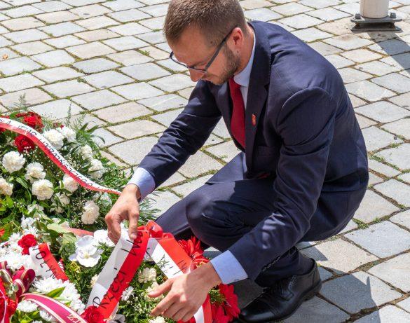 Reprezentant Instytutu, Krzysztof Marcinkiewicz składa kwiaty w rocznicę Zbrodni Wołyńskiej